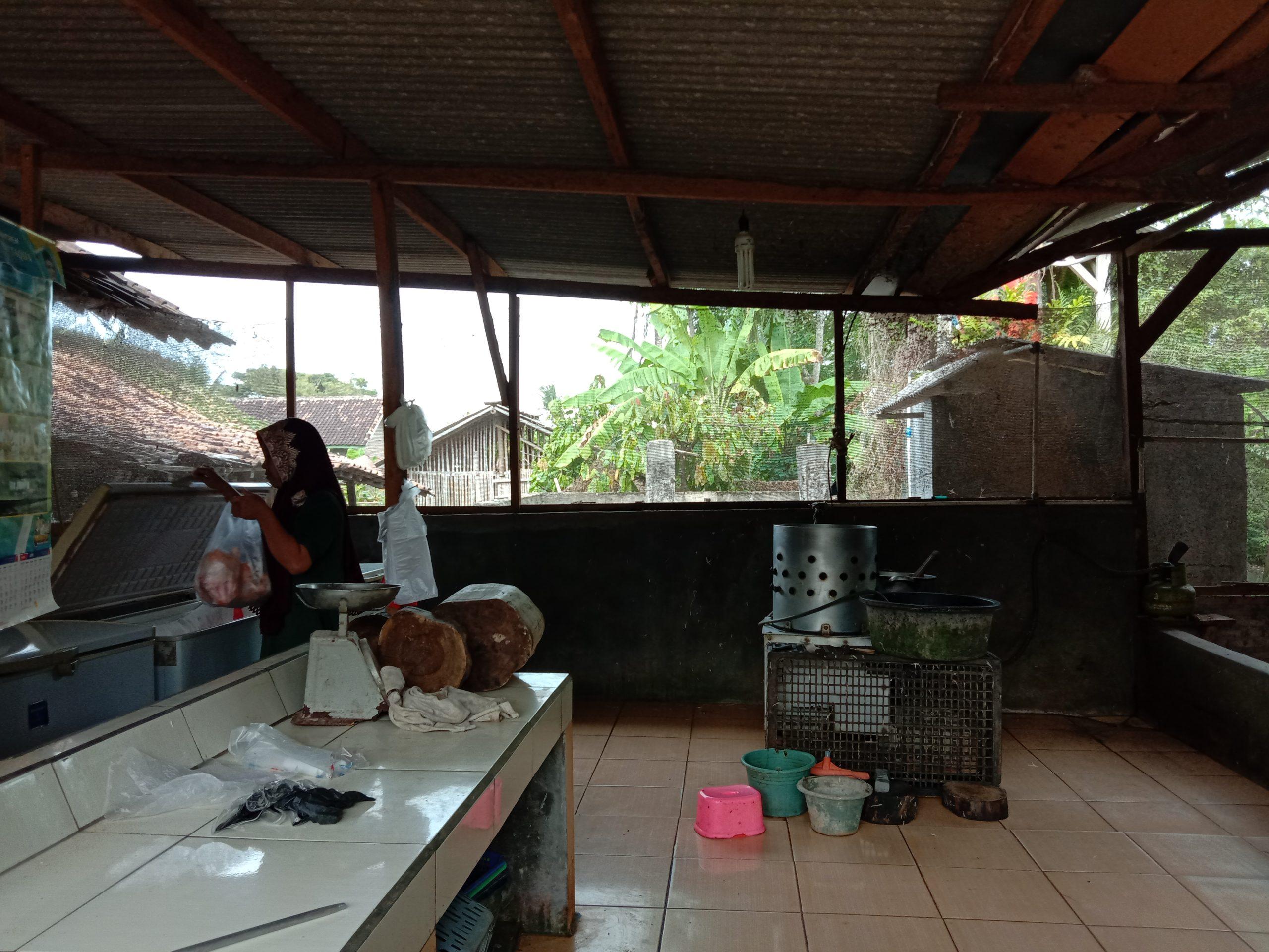 Usaha Ayam Potong Lesu, Pedagang Menjerit - Radar Lamsel